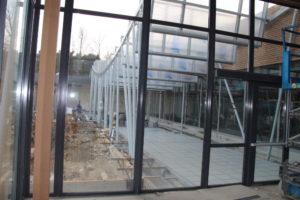 si les vitrines doivent être propres avant placement, éviter les produits d'entretient professionels, souvent a base de silicone